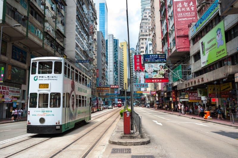 Una tranvía viaja a lo largo del camino de Hennessy en la bahía céntrica del terraplén, Hong Kong fotografía de archivo libre de regalías