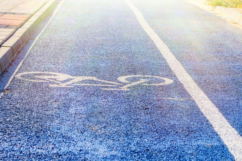 Una trayectoria de la bici marcada con un símbolo especial y una marca imagenes de archivo