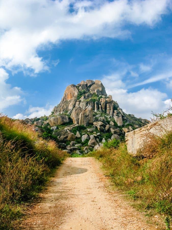 Download Una Trayectoria En Las Colinas Foto de archivo - Imagen de rocoso, asiático: 42434778