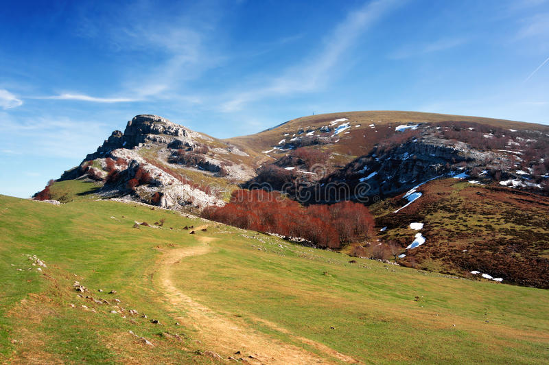 Una trayectoria a la montaña de Gorbea imagen de archivo libre de regalías