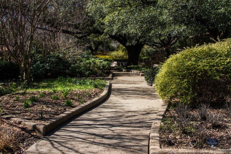 Una trayectoria que camina tranquila en un jardín imagen de archivo