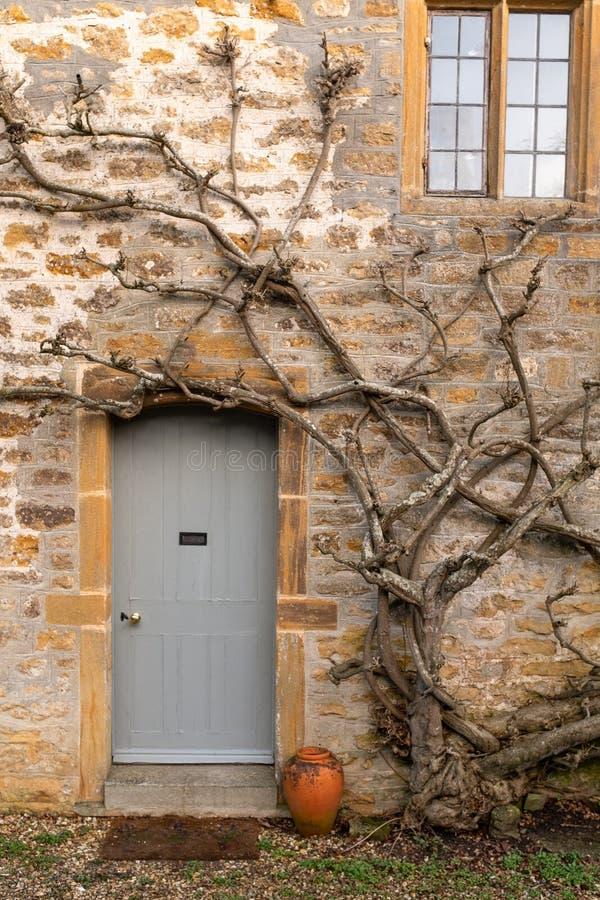 Una trayectoria que lleva a la puerta principal de una cabaña inglesa tradicional fotos de archivo