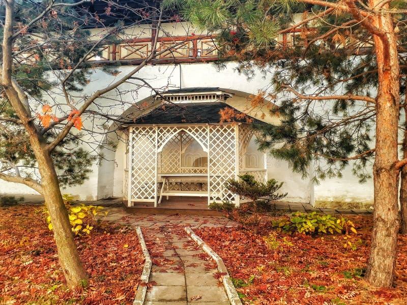 Una trayectoria a un cenador del jardín fotografía de archivo libre de regalías