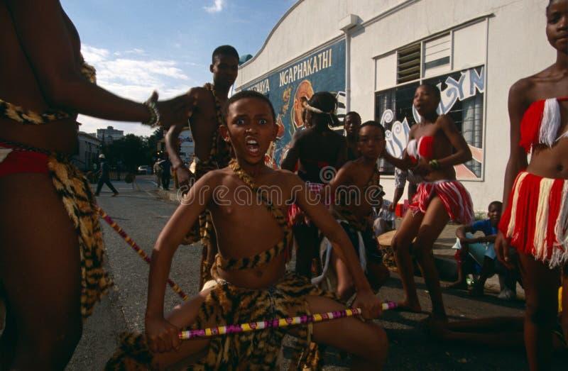 Una tribu étnica que se realiza en Johannesburg fotos de archivo