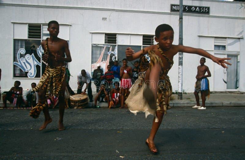 Una tribu étnica que se realiza en Johannesburg imagenes de archivo