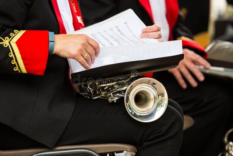 Una trompeta y una partitura fotografía de archivo