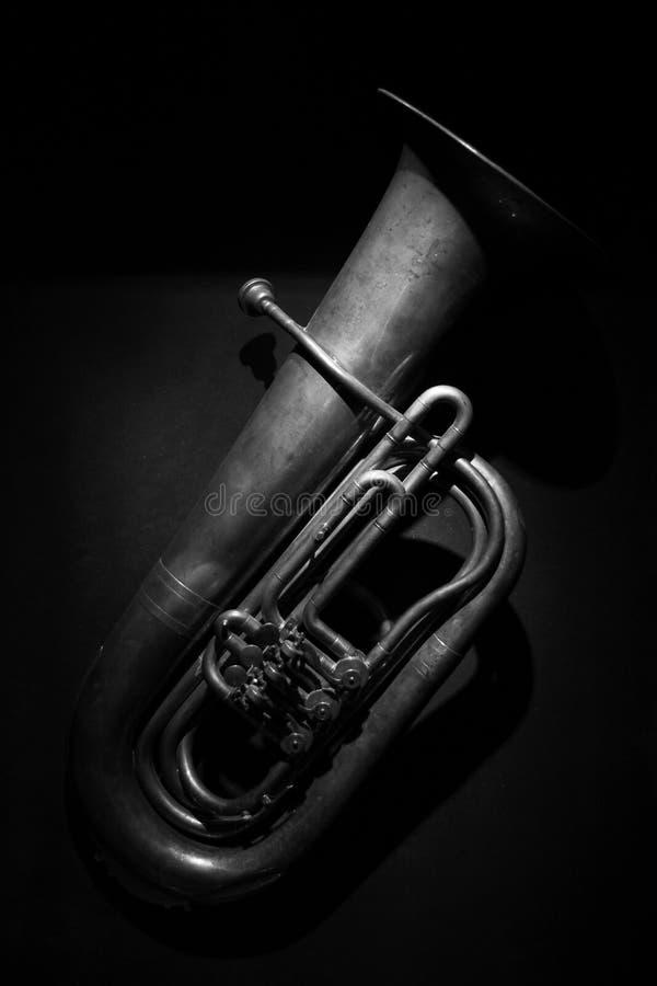 Una tuba de cobre amarillo antigua en blanco y negro foto de archivo