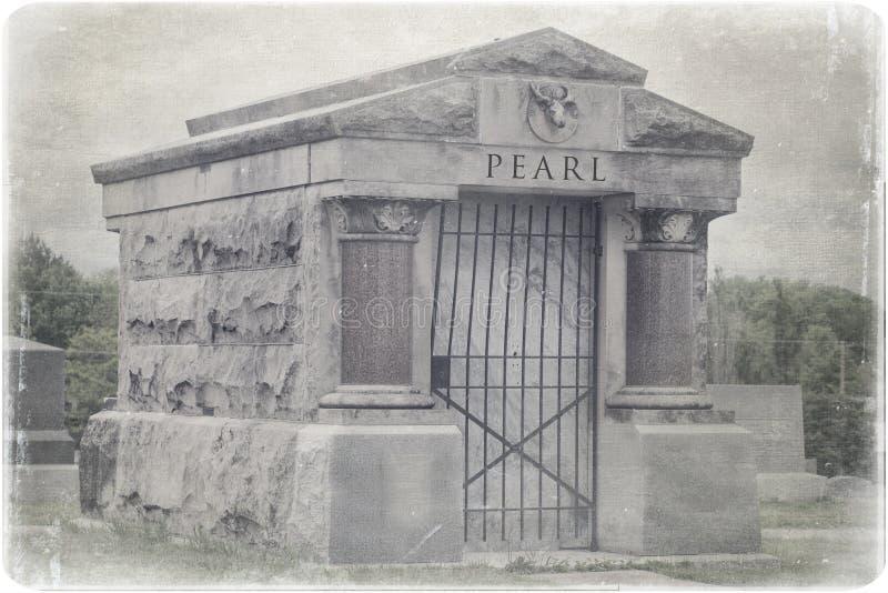 Una tumba en un cementerio viejo imágenes de archivo libres de regalías