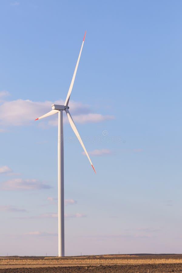 Una turbina de viento con el cielo nublado en fondo fotografía de archivo