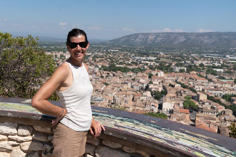 Una turista sorridente a cvendlon hill South France fotografie stock