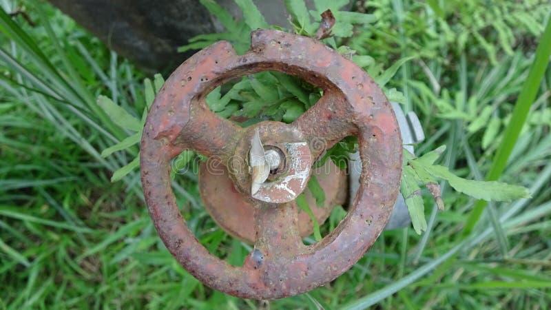 Una válvula oxidada, nadie lo ha tocado durante mucho tiempo foto de archivo