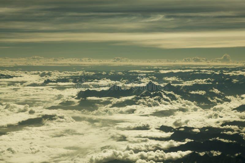Una valle enorme nera della montagna che sporge dalle nuvole bianche Montagne sopra le nuvole Mountain View da una grande altezza fotografie stock