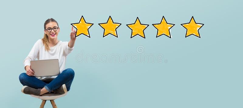 Una valutazione di cinque stelle con la giovane donna illustrazione vettoriale