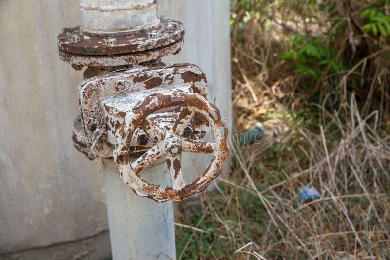 Una valvola della conduttura del metallo, una vecchia gru stagionata del gas e un tubo Le vecchie valvole hanno ruggine, maniglia fotografie stock libere da diritti