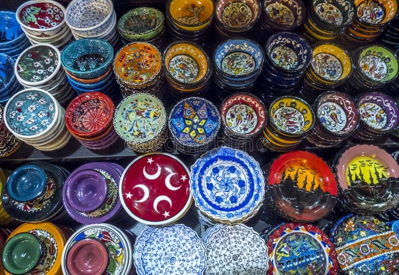 Una variedad colorida de placas y de cuencos en la exhibición en el bazar de la especia en Estambul en Turquía imágenes de archivo libres de regalías
