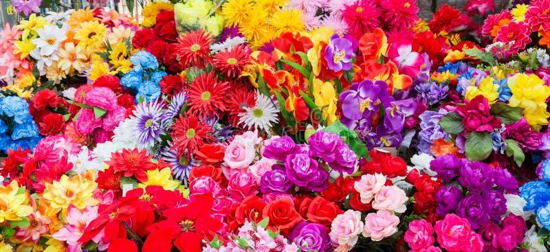 Una variedad de flores artificiales Fondo colorido de flores fotografía de archivo libre de regalías