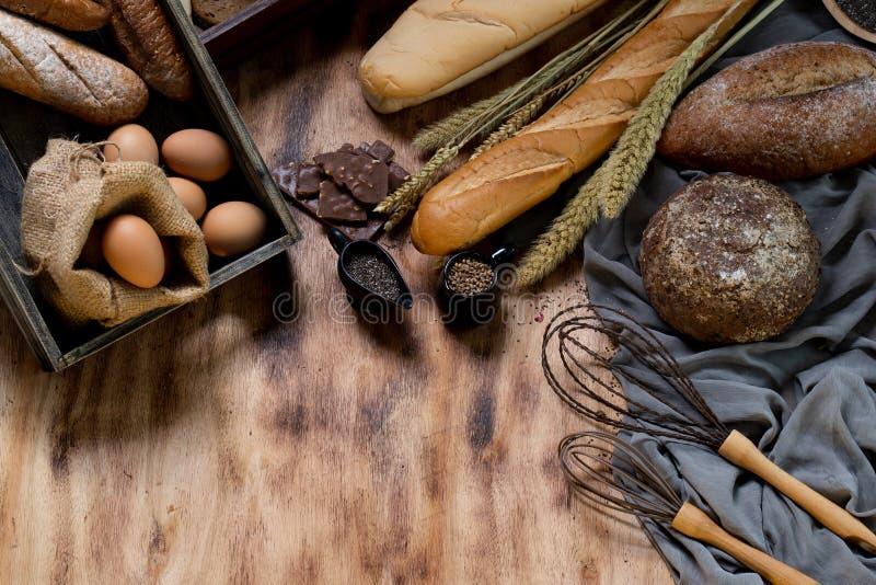 Una variedad de panes, semillas de sésamo, harina de avena, huevos de chocolate son i fotografía de archivo libre de regalías