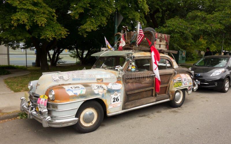 Una vecchia automobile funky ha parcheggiato vicino all'oceano in Columbia Britannica nordica fotografia stock libera da diritti