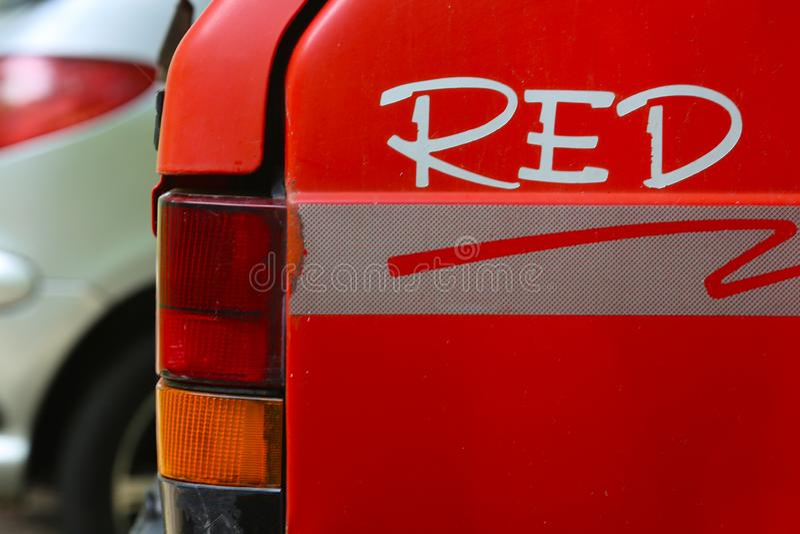 Una vecchia automobile rossa con un'iscrizione dal lato fotografia stock libera da diritti