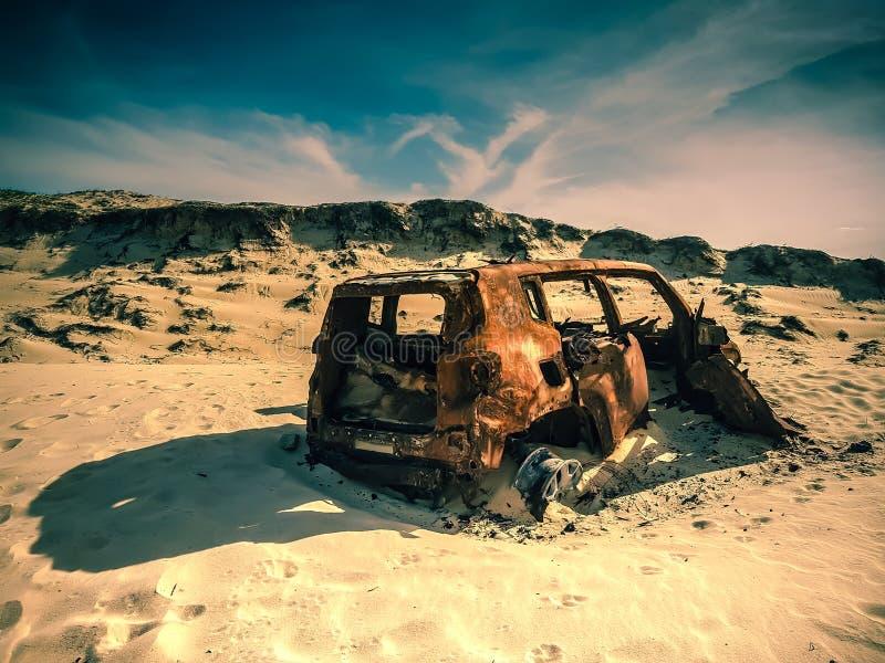 Una vecchia automobile trovata sulla spiaggia di Fortaleza nel Brasile immagini stock