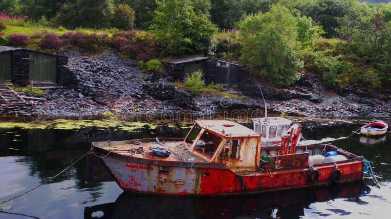 Una vecchia barca arrugginita in Gran Bretagna fotografie stock