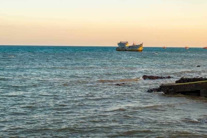 Una vecchia barca del naufragio ha abbandonato il supporto sulla spiaggia fotografia stock libera da diritti