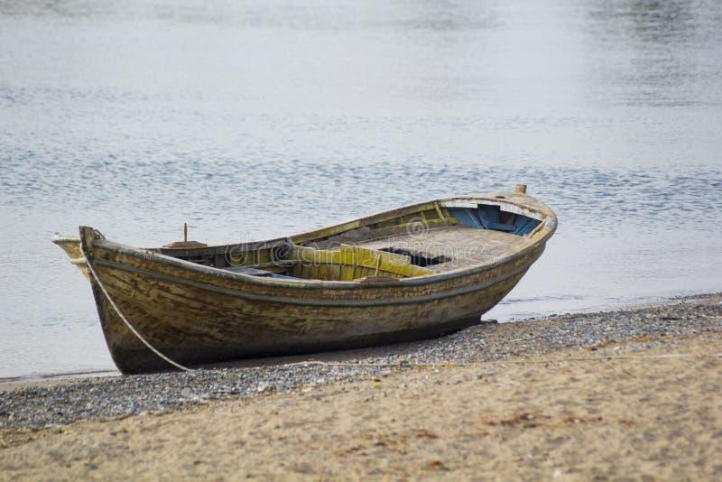 Una vecchia barca sulla spiaggia immagini stock libere da diritti