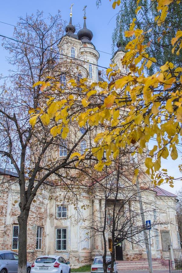 Una vecchia bella chiesa dietro l'albero di autunno Architettura religiosa della Russia immagini stock