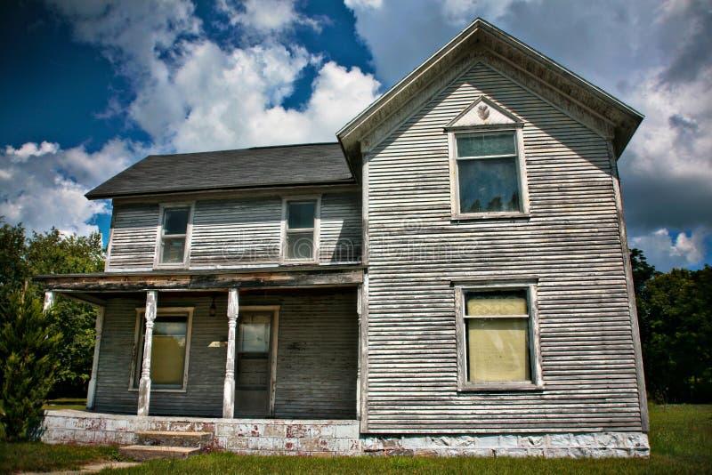 Una vecchia casa abbandonata immagine stock