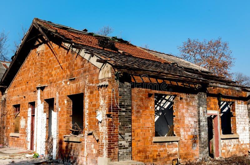 Una vecchia casa con mattoni a vista stracciata fotografia stock libera da diritti