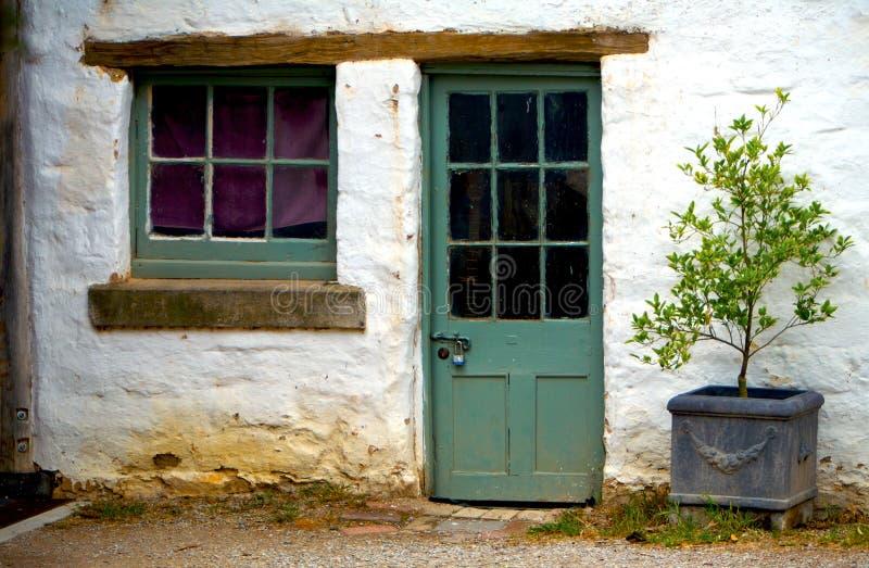 Una vecchia casa con una pianta di POT fotografia stock libera da diritti