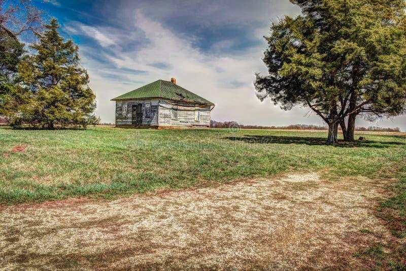 Una vecchia casa unifamiliare abbandonata dell'azienda agricola fotografia stock