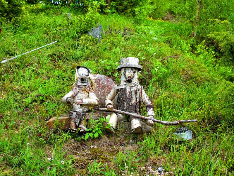 Una vecchia coppia che è stata forme in legno immagini stock