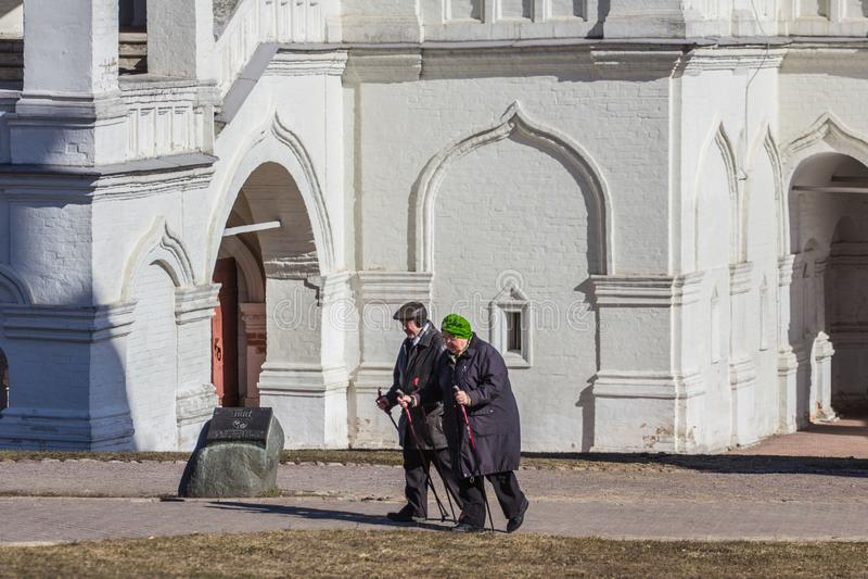 Una vecchia coppia che cammina in primavera parco Stile di vita attivo di una gente anziana fotografie stock