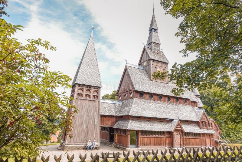Una vecchia coppia davanti alla chiesa di legno classica nella mia vicinanza fotografia stock