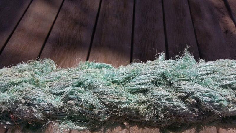 Una vecchia corda blu del marinaio ed i precedenti legnosi fotografie stock libere da diritti