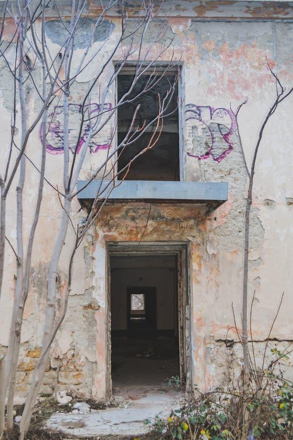 Una vecchia costruzione abbandonata fotografie stock