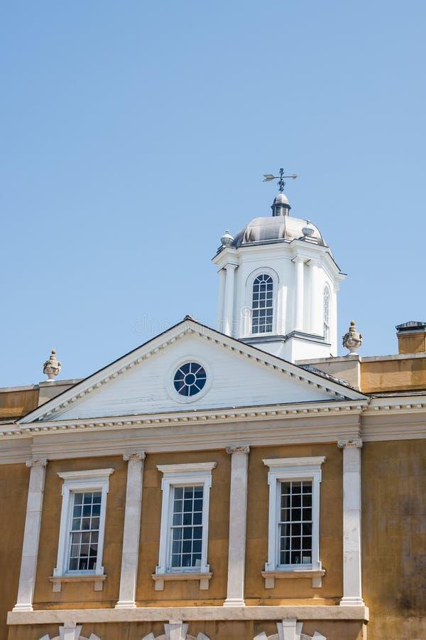 Costruzione dell'intonaco del vecchio oro con la banderuola e la cupola immagine stock libera da diritti