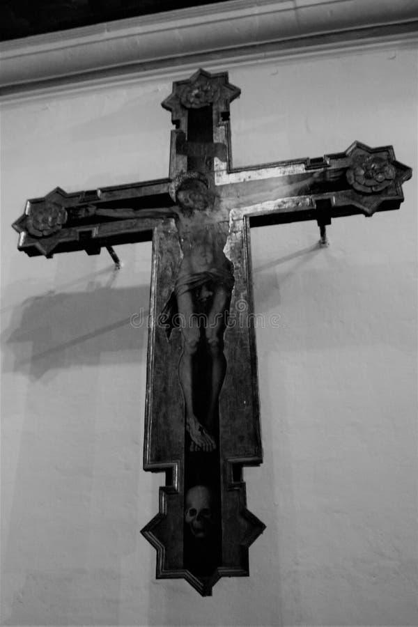 Una vecchia croce in una chiesa cattolica sull'isola di Malta fotografia stock libera da diritti