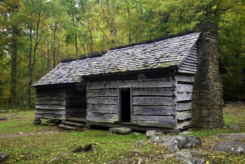 Una vecchia fattoria nelle montagne fumose fotografia stock libera da diritti