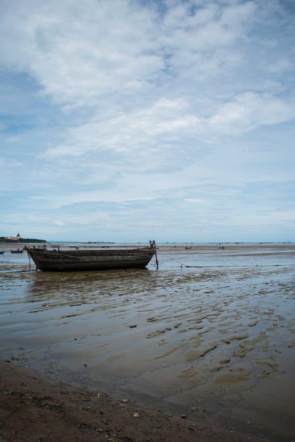 Una vecchia imbarcazione a remi necessitante la riparazione sulla spiaggia fotografia stock