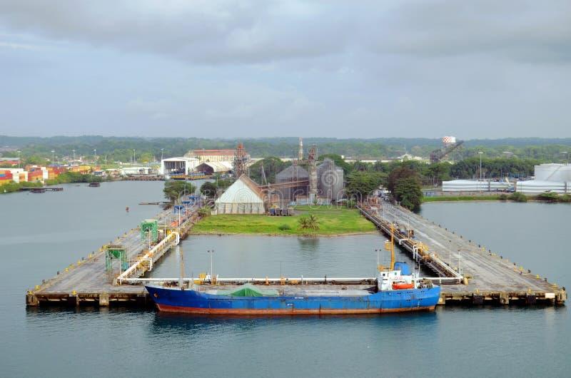 Una vecchia nave da carico che ancora nel porto di Cristobal, Panama fotografia stock