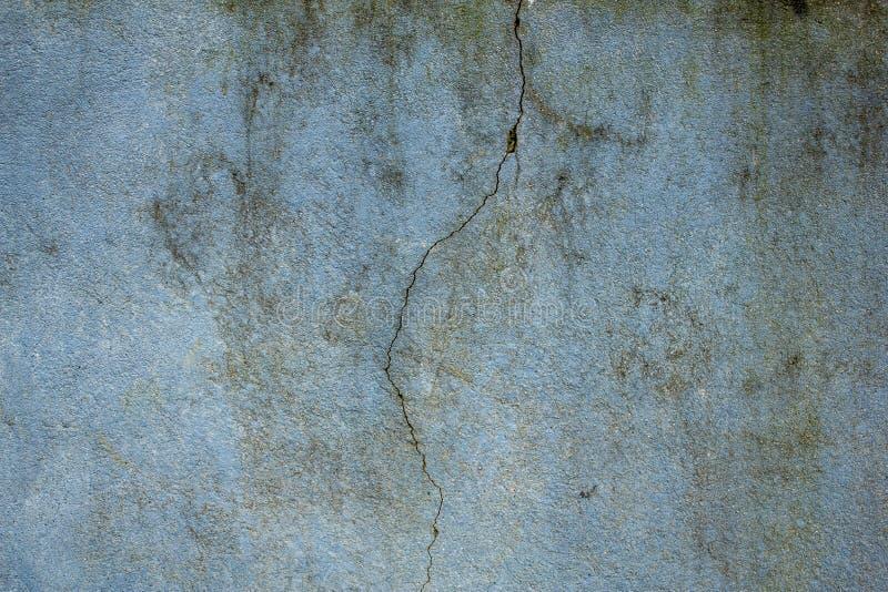 Una vecchia parete blu-verde sporca con una grande crepa e le macchie di sporcizia, della muffa e del muschio Struttura approssim fotografie stock libere da diritti