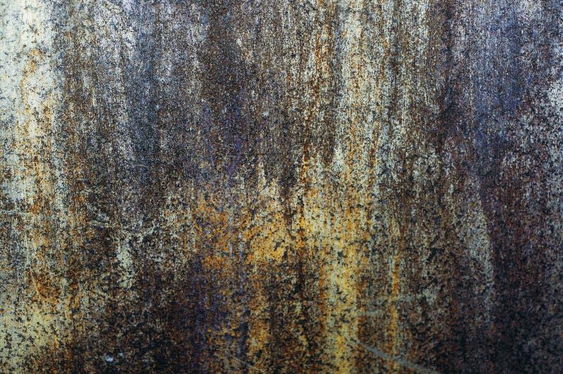 Una vecchia parete del metallo, arrugginita di tanto in tanto, di ferro fotografia stock libera da diritti