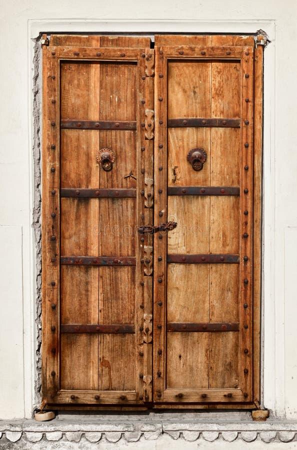 Una vecchia porta di legno dilapidata fotografie stock