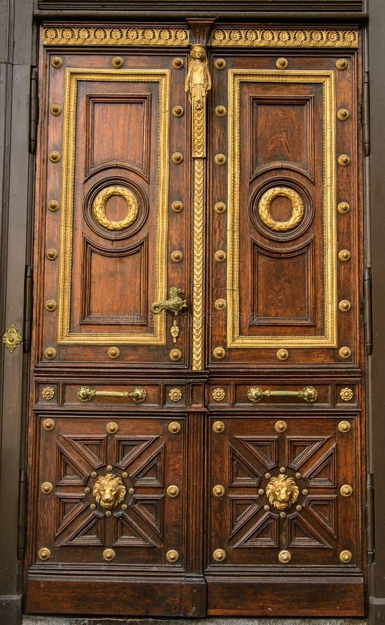 Una vecchia porta di legno marrone immagini stock