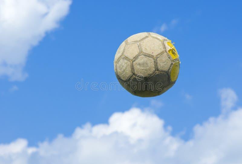 Una vecchia sfera di calcio (gioco del calcio) immagini stock libere da diritti