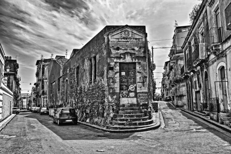 Una vecchia stradina stretta tipica a Catania fotografie stock libere da diritti