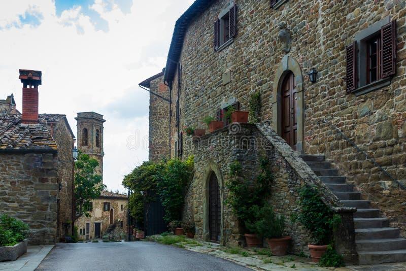 Una vecchia via nella città medievale di Volpaia in Italia immagini stock libere da diritti