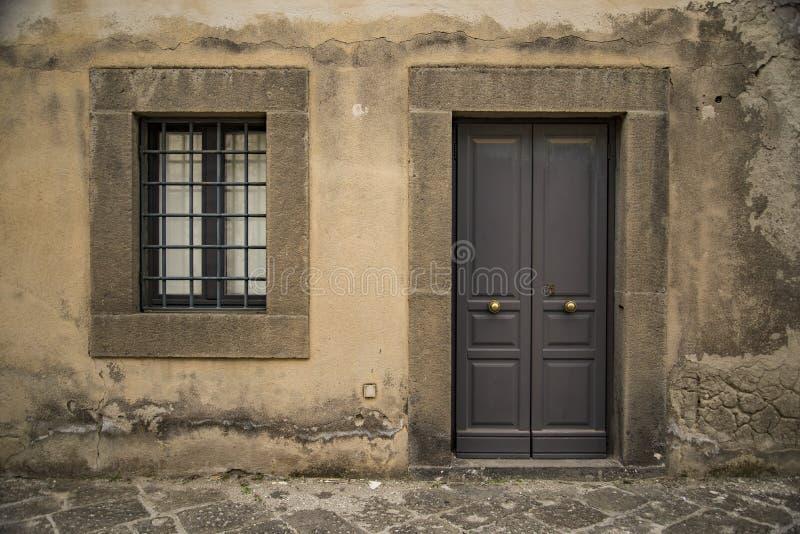 Una vecchie porta e finestra d'annata italiane immagine stock libera da diritti